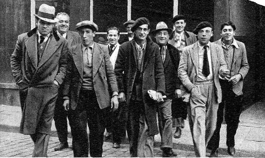 Un grup de jueus sortint de Bar Griego, proper al Paral·lel, on solia congregar-se part de la colònia de Barcelona. Aquesta fotografia forma part d'un article signat pel periodista Javier Sánchez-Ocaña, publicat el 16 de febrer de 1935 a la revista Estampa | Arxiu Manu Valentin