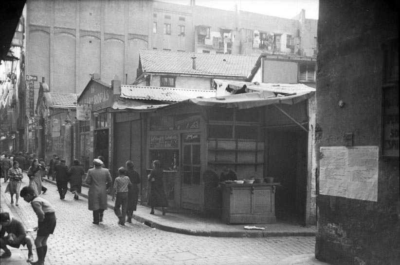 View of Sant Pau street from the corner with Robadors. Next to the Sala Argentina cinema, León Alexandrovitch's shop. Source: Arxiu Nacional de Catalunya. Author: Josep Brangulí.