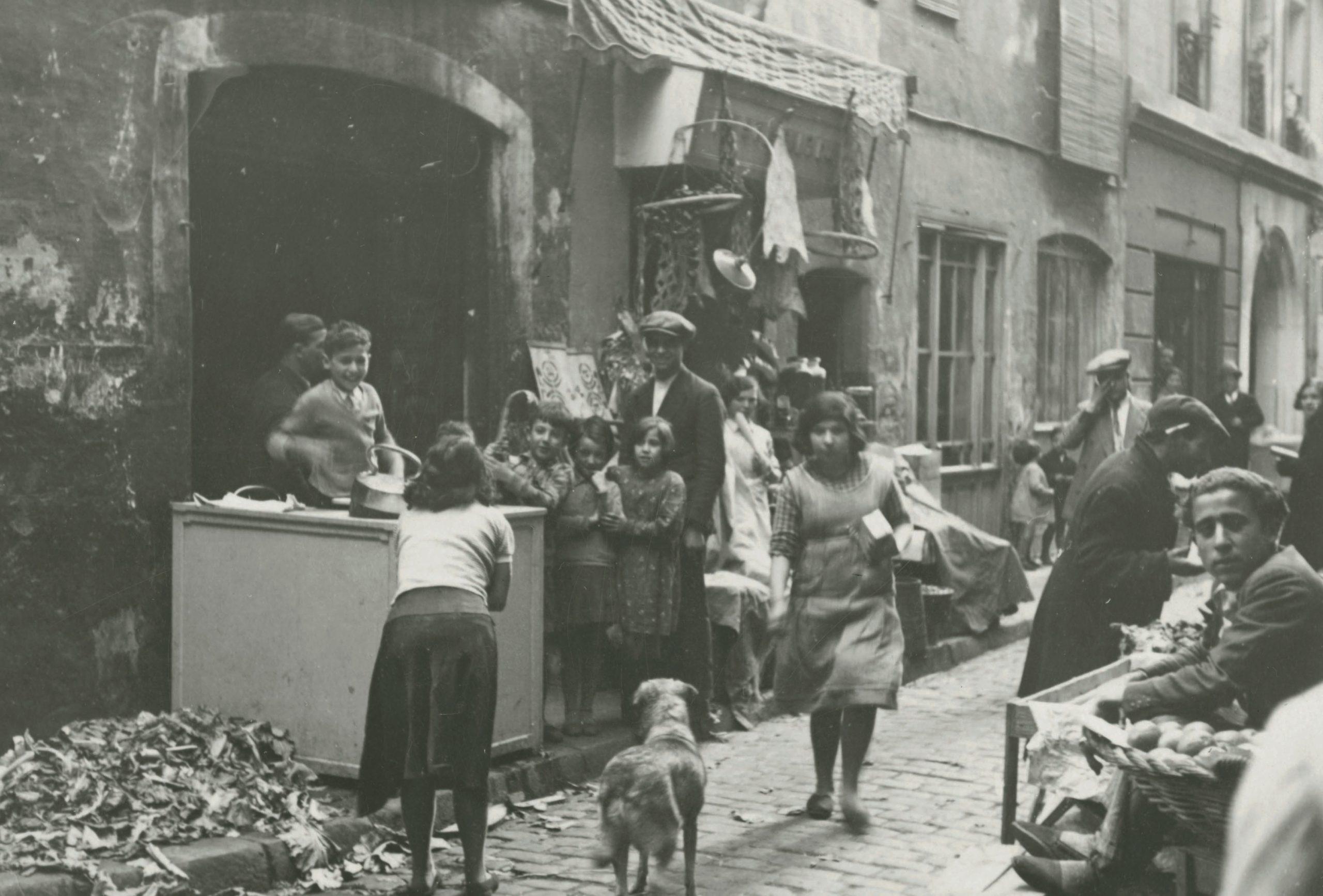Market at Carrer de l'Om, 1933 | Arxiu Fotogràfic de Barcelona. Author: Margaret Michaelis.