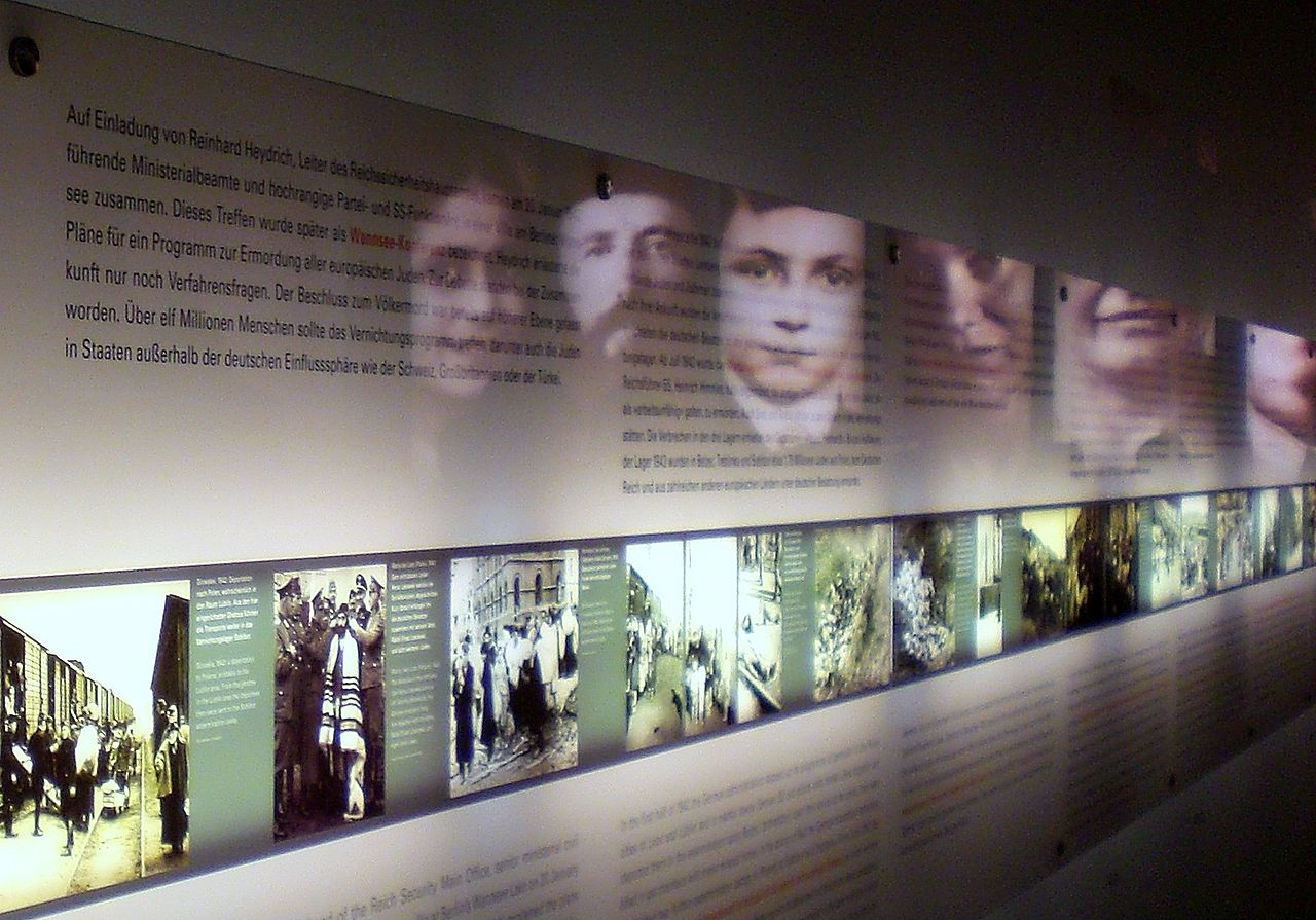 1280px-Holocaust_Memorial_Museum_Berlin_Interioro_03
