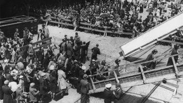 Refugiados judíos en Lisboa, entre ellos un grupo de niños procedentes de los campos de reclusión de Francia, a bordo de un barco que los llevará a Estados Unidos. Lisboa, Portugal, junio de 1941.